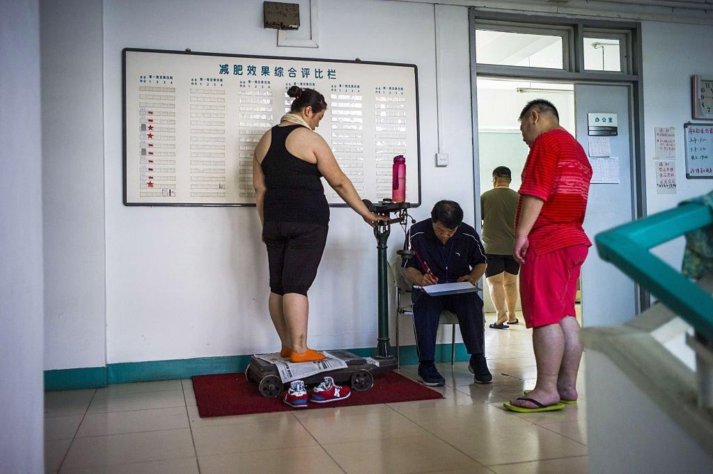 一名女士在天津一所減肥醫院測量體重。