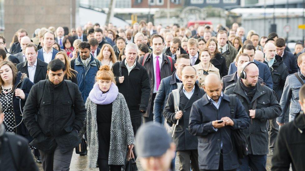 Trabajadores cruzando puente
