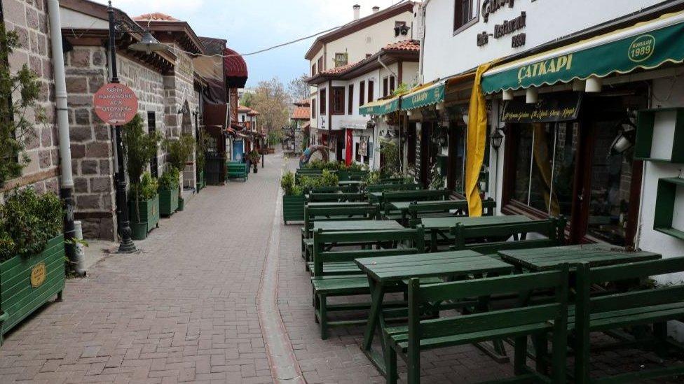 İstanbul'da boş bir sokak.