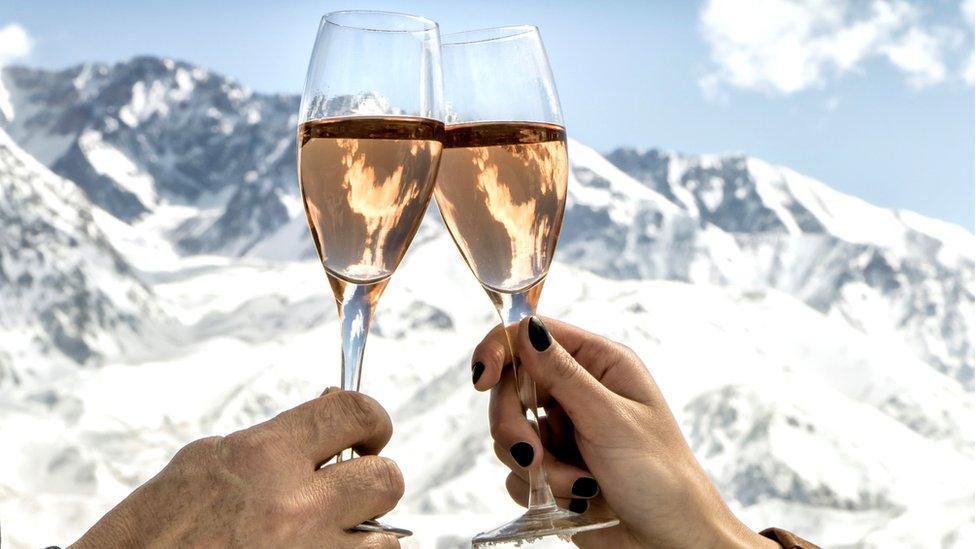 Dos copas de champagne frente a la nieve