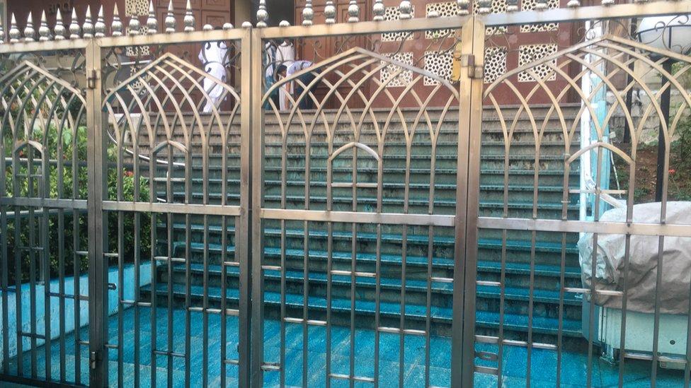 警方的水炮車在九龍的清真寺外射出染有藍色顏料的水,部份射進清真寺範圍內。