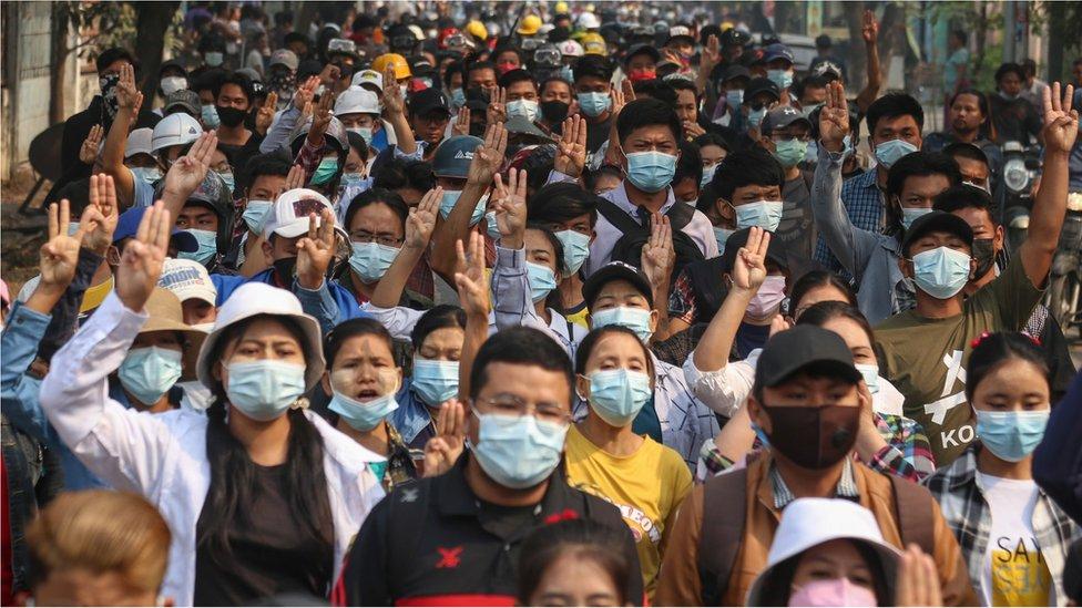 Manifestantes saludan con tres dedos durante una protesta contra el golpe militar en Mandalay, Myanmar, el 27 de marzo de 2021.