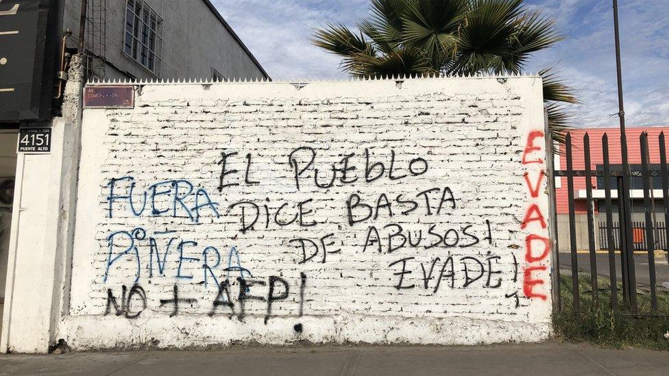 """""""El pueblo dice basta de abusos"""", dice una inscripción en las afueras de Santiago."""