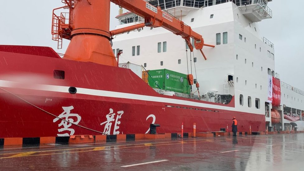 Çin'in ilk kutup buzkırıcı gemisi Xuelong 2, Şangay Limanı'nda sefere hazırlanırken.