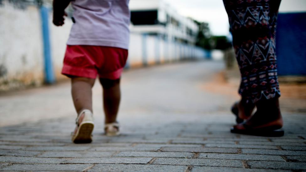 Criança em abrigo brasiliense, em foto de arquivo