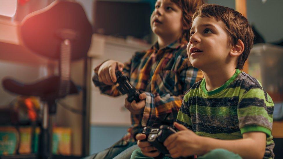 Niños jugando videojuego