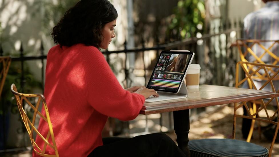 Mujer mirando un nuevo iPad