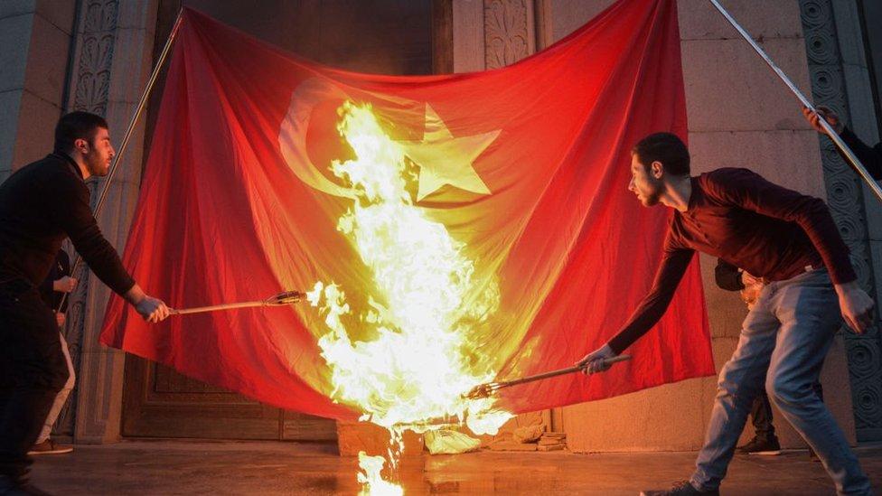Armenios quemando una bandera turca.
