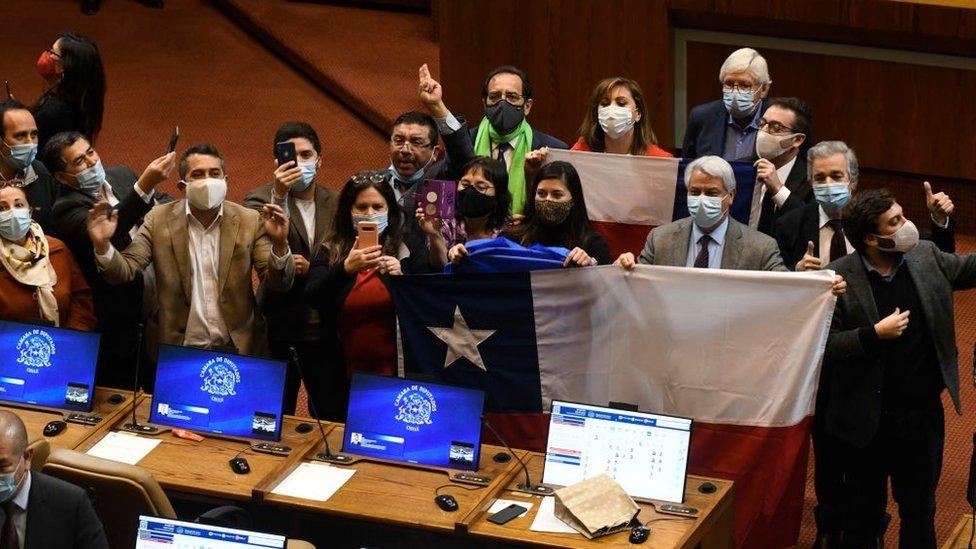Parlamentarios chilenos tras la aprobación del retiro del 10% de los fondos de pensiones.