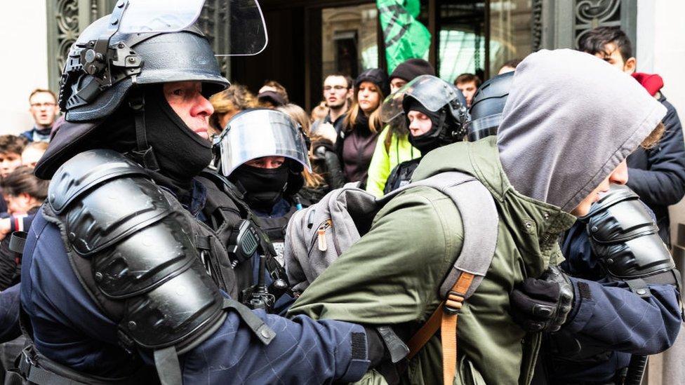 Manifestante arrestado en Davos
