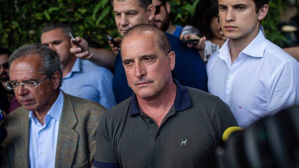 El colaborador de Bolsonaro Onyx Lorenzoni (centro)( y el economista Paulo Guedes (izquierda).