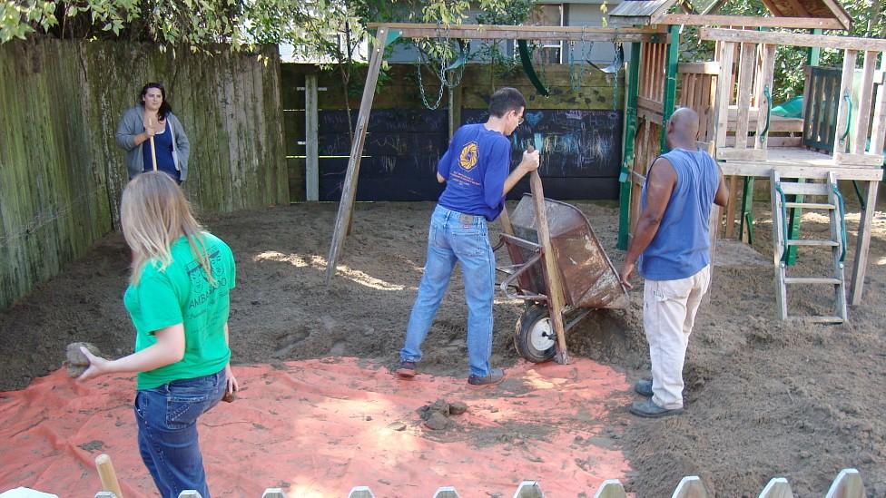 Limpieza de una plaza de juegos en Nueva Orleans, en la que se colocó un geotextil y luego una capa de tierra