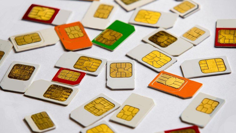 Chips de celular sobre una mesa