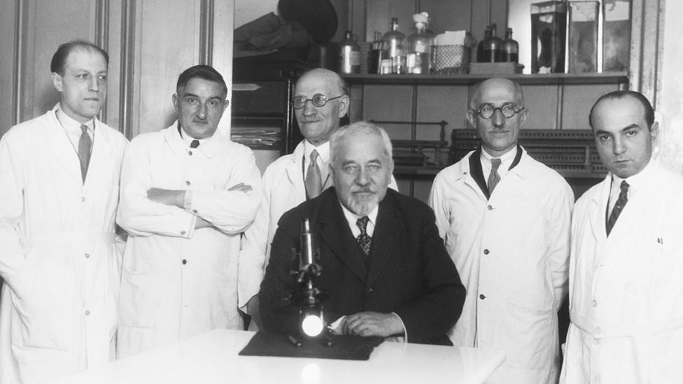 Albert Calmette junto a colegas frente a un microscopio