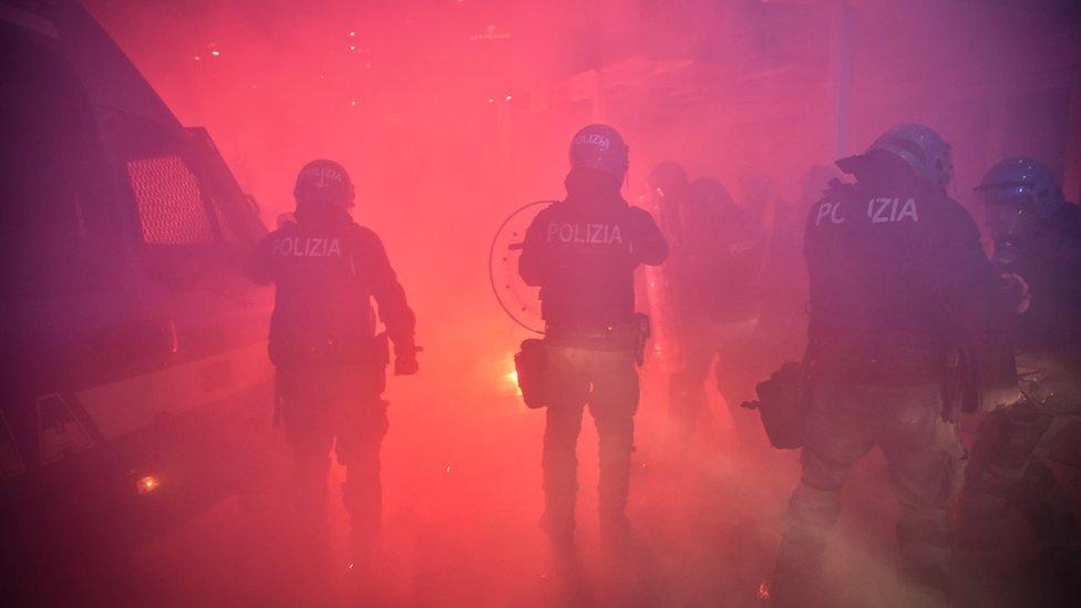 Policía antidisturbios en Milán.