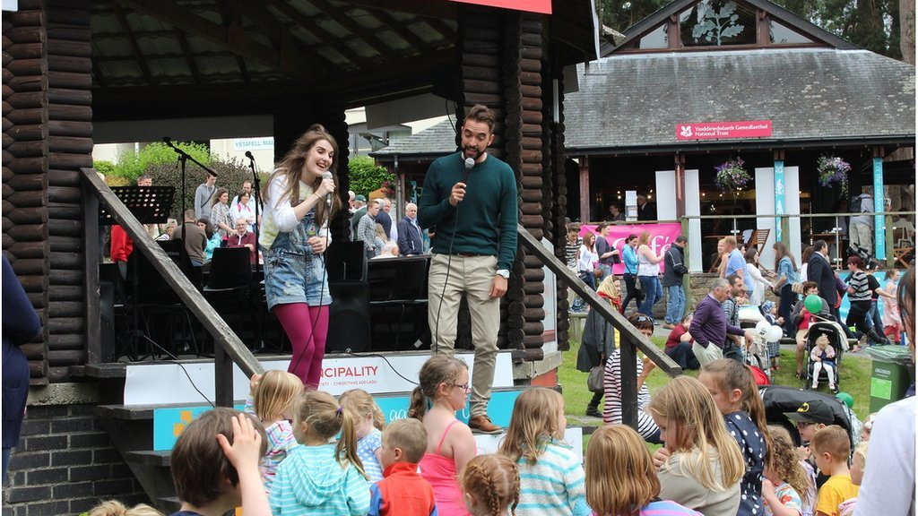 Catrin a Trystan yn diddanu cywion y Sioe // S4C's Cyw presenters entertaining the show's youngest visitors
