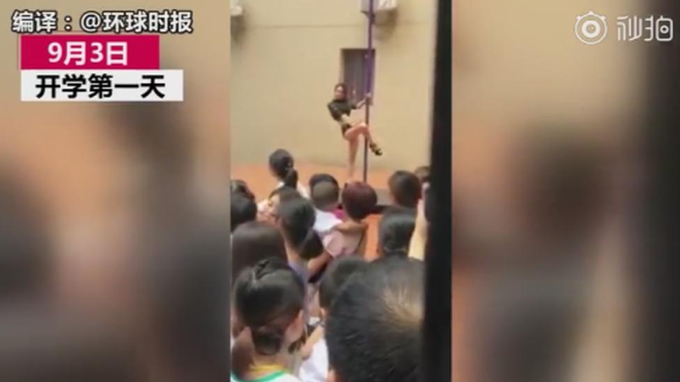 راقصة عمود تقدم عرضا في حضانة أطفال