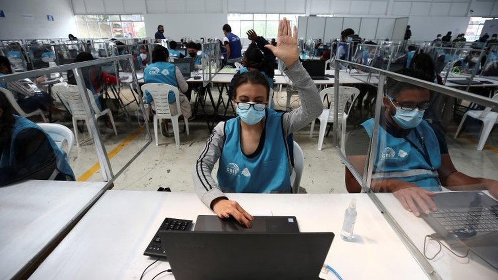 Trabajadora del CNE en Ecuador.