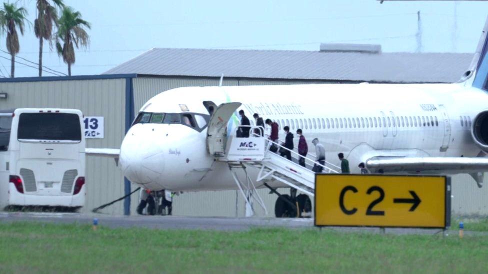Avión con niños migrantes