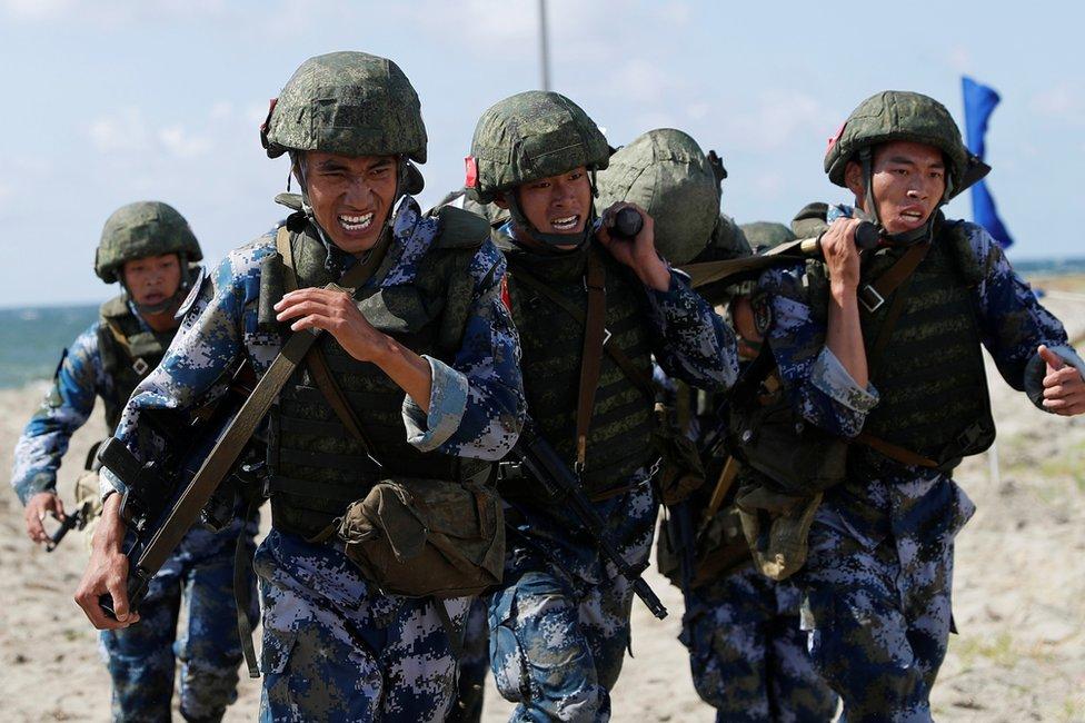 中國陸戰隊員在沙灘上模擬運送傷員。