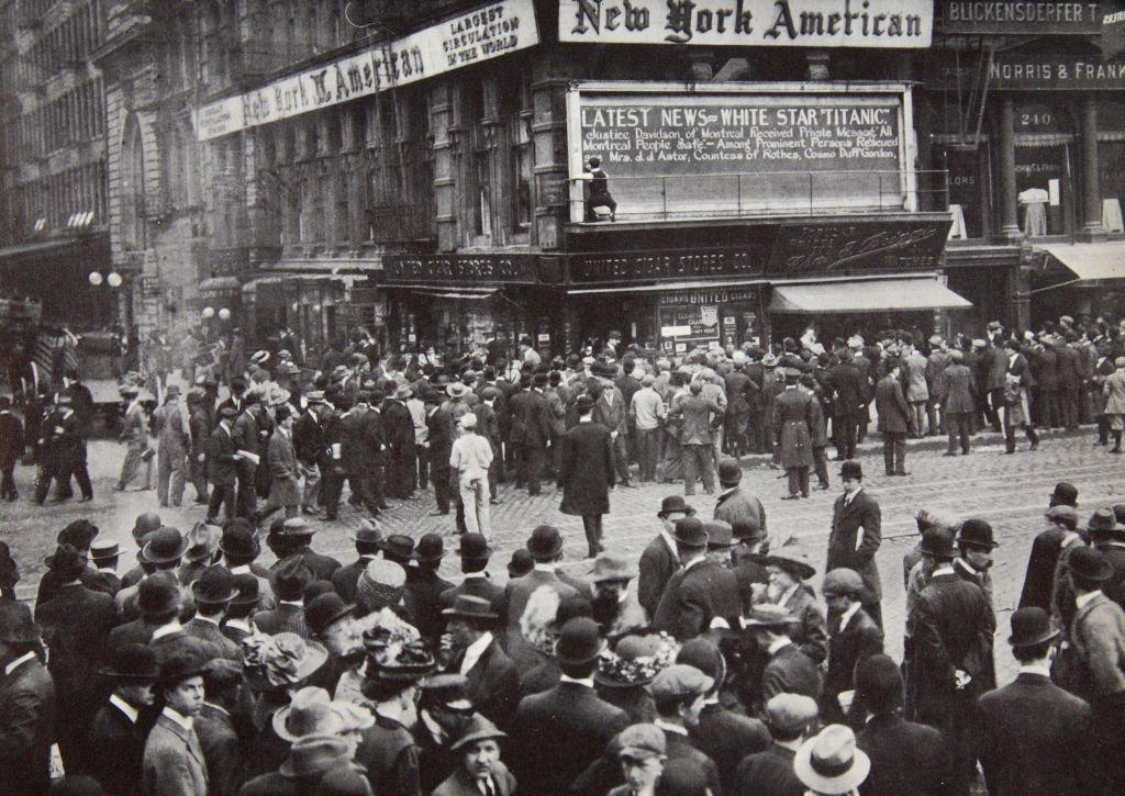 A medida que los informes llegaban a Nueva York, en abril de 1912, la gente se congregaba en torno a los tableros de anuncios de los diarios