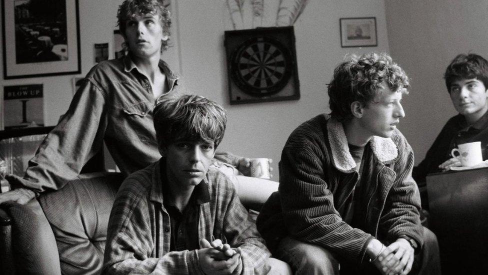 Sastav The La's (fotografisani u Liverpulu 1990) nagovestio je eru britpopa u britanskoj muzici 90-ih