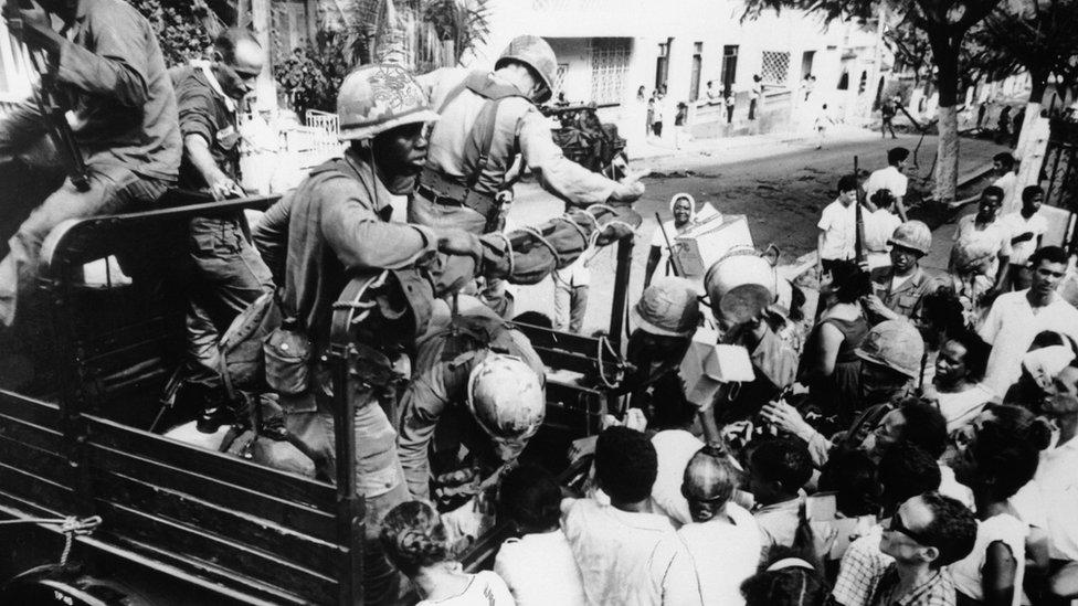 Ante el temor de una posible expansión del comunismo en el Caribe, Estados Unidos intervino militarmente en República Dominicana en 1965.