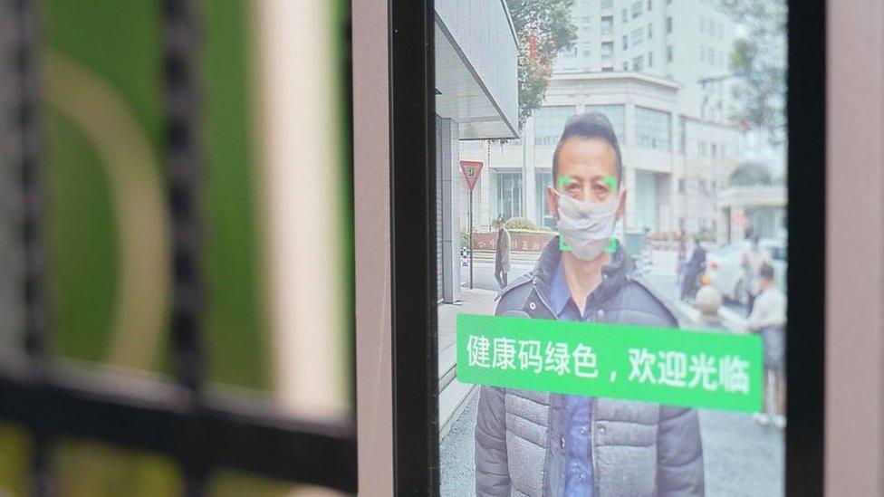 La imagen de un hombre con mascarilla en la pantalla de un equipo de reconocimiento facial en China.
