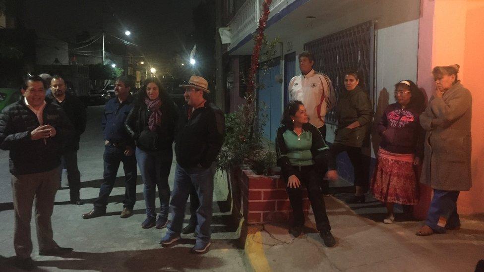 Habitantes reunidos en una asamblea de seguridad en Nezahualcóyotl