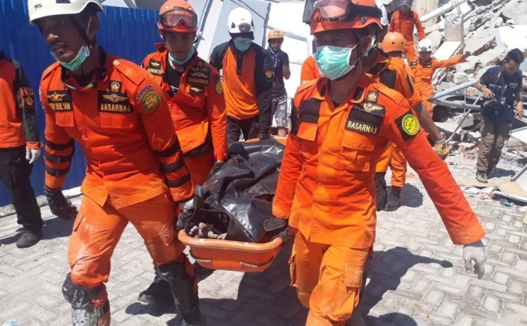Kurtarma ekipleri, Roa-Roa Oteli'nin enkazında hayatını kaybeden bir kişiyi taşıyor