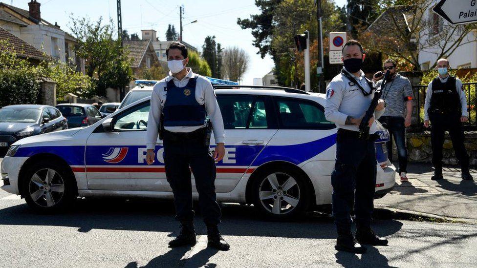 لشرطة الفرنسية طوقت مكان الحادث بعد تعرض الشرطية للطعن