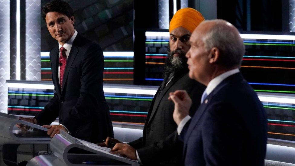 Justin Trudeau (izquierda), Jagmeet Singh (centro) y Erin O'Toole (derecha) en un debate en Gatineau, Quebec, Canada, en septiembre de 2021.