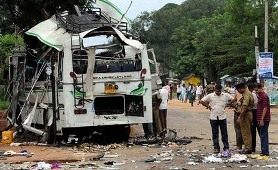 Petugas Sri Lanka menyelidiki bom Macan Tamil di Dambulla, 147 kilometer dari Kolombo, 2 February 2008.