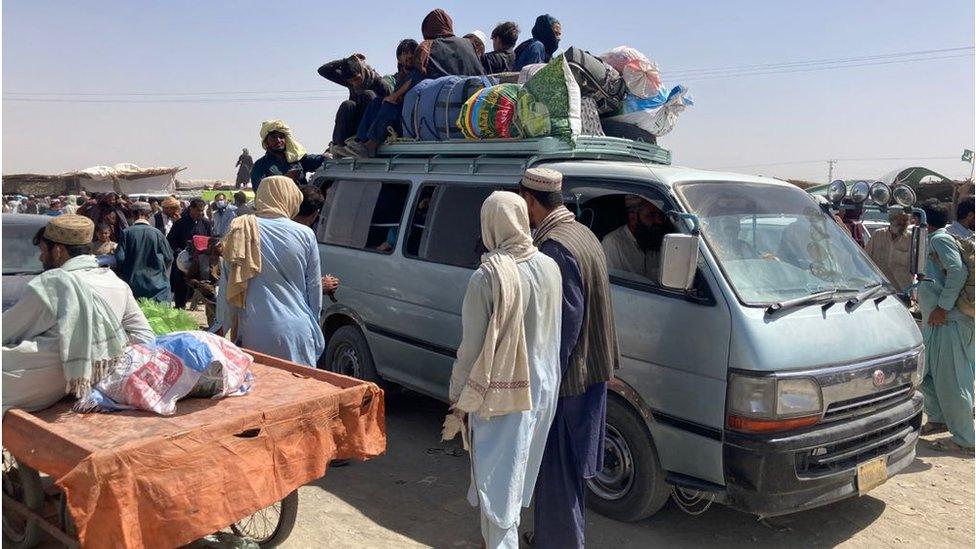 حشود تنتظر العبور عبر الحدود عند شامان سبين بولداك
