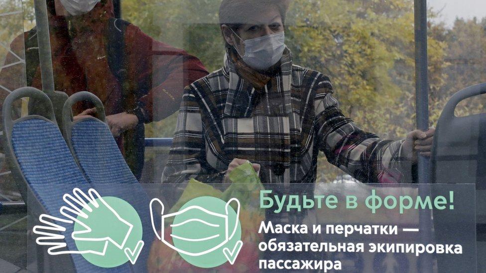 Собянин отменил обязательное ношение перчаток в общественных местах