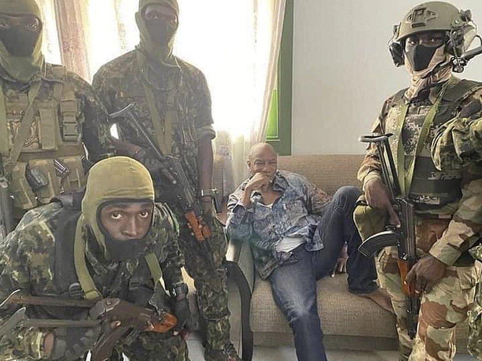 نشر الجيش الغيني صورة ألفا كوندي ، رئيس جمهورية غينيا، الجالس في الوسط، الذي احتجزته القوات الخاصة التابعة للجيش في كوناكري ، غينيا ، في 5 سبتمبر / أيلول. 2021