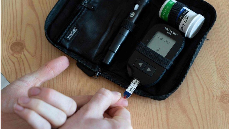 يتسبب المرض في معدلات خارجة عن السيطرة من السكر مما قد يؤيد إلى مضاعفات صحية خطيرة