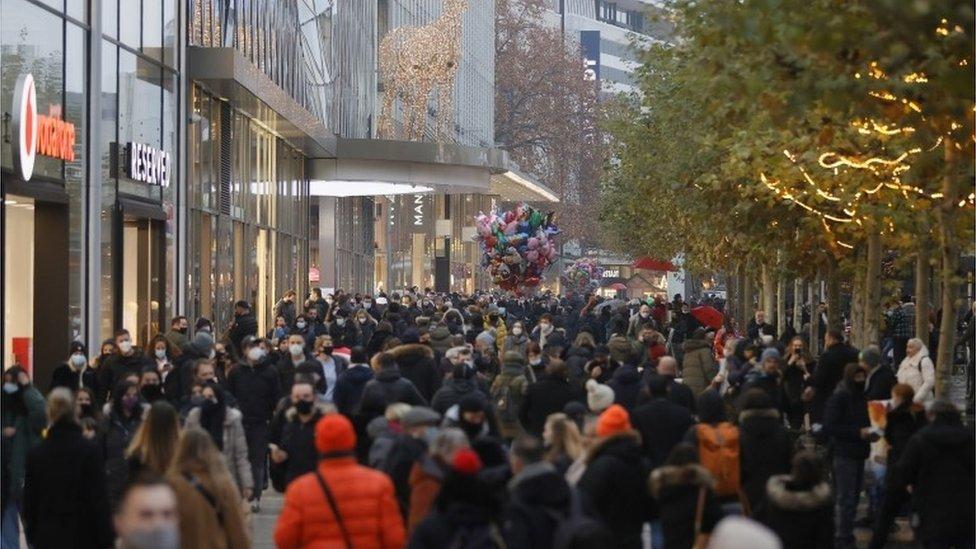 Compras de Natal em Frankfurt, na Alemanha