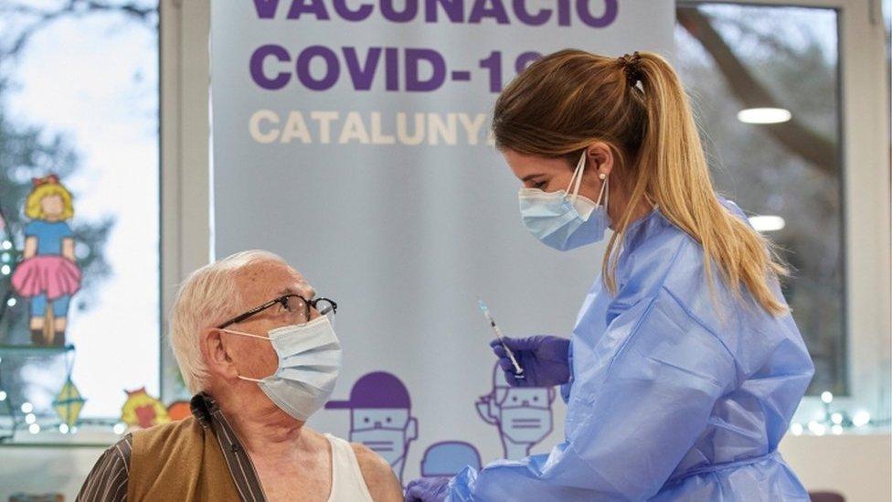 Un hombre mayor recibe una vacuna en Cataluña