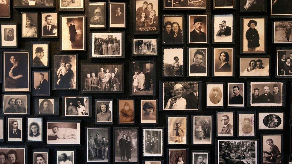 Una pequeña selección de fotografías personales tomadas de prisioneros.