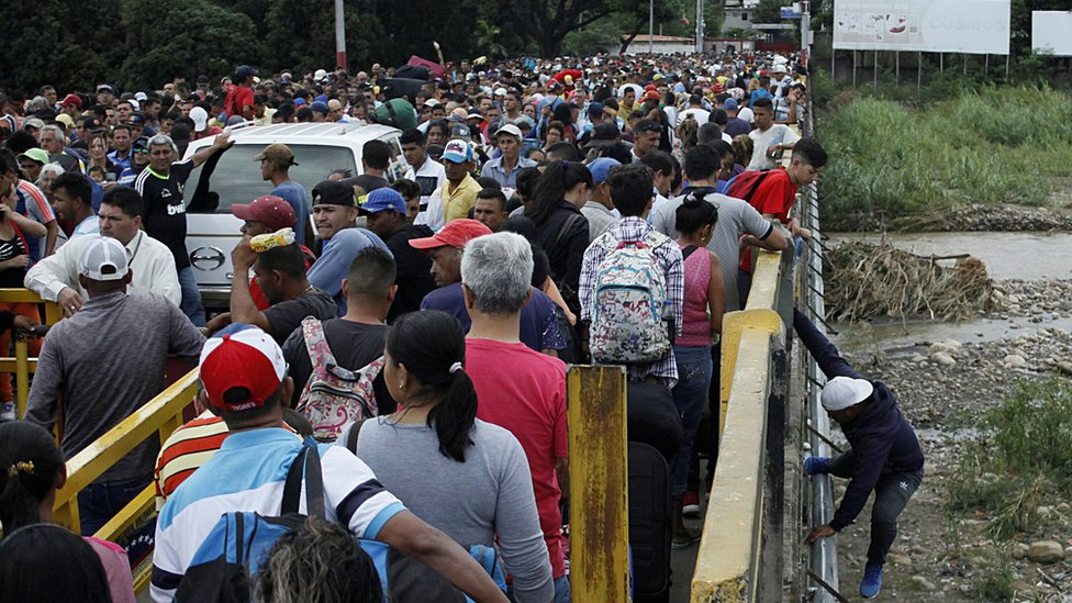 Venezuelans crossing the Simon Bolivar international bridge in San Antonio del Tachira