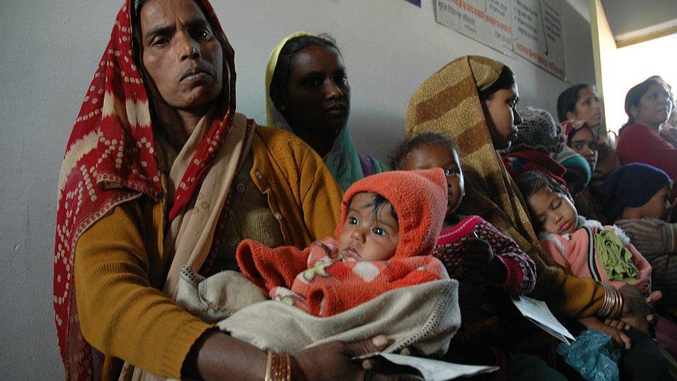 非洲窮人等候接種疫苗