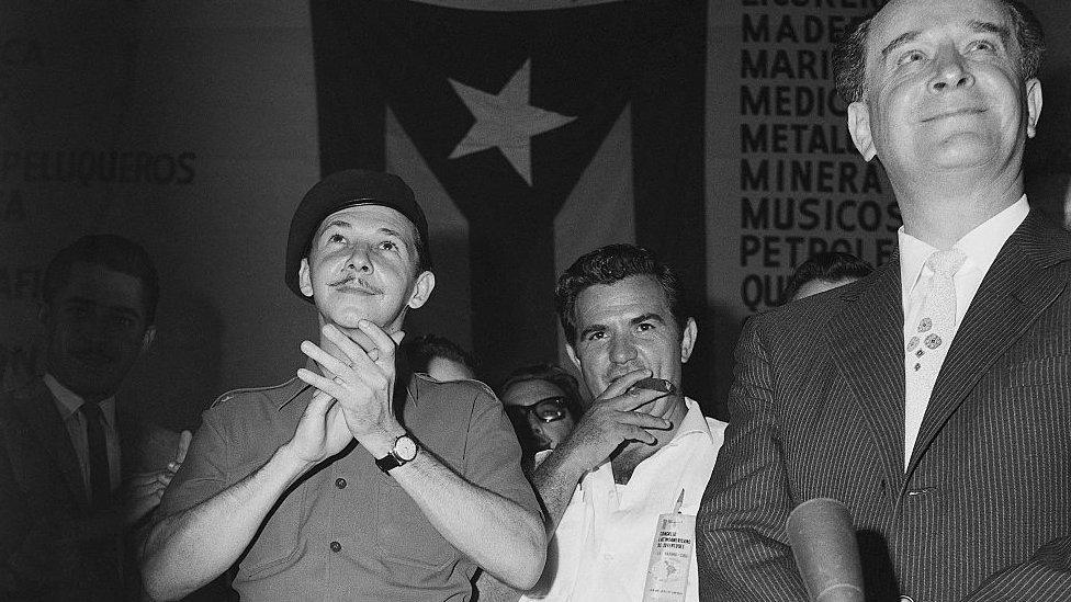 Raúl Castro junto al depuesto presidente de Guatemala Jacobo Arbenz durante un acto en La Habana en 1960.