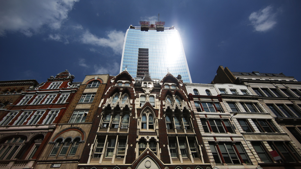 أشعة الشمس على بناية