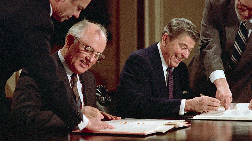 Reagan y Gorbachov firmando el acuerdo.