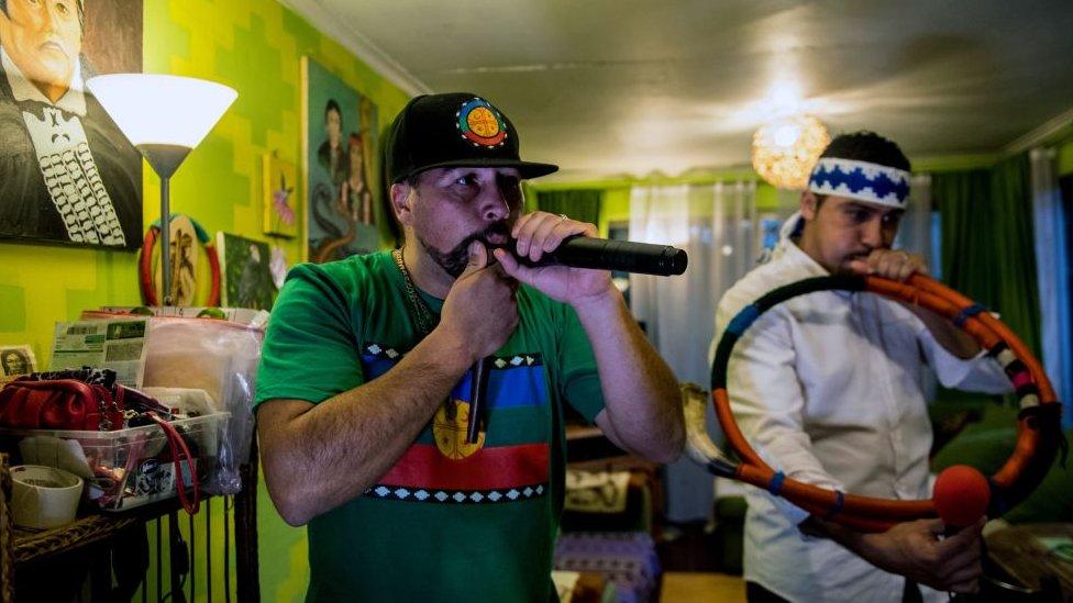 Mapuches chilenos intentan preservar su lengua a través de la música hip-hop.
