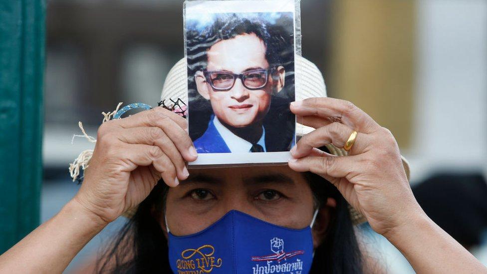 Mujer a favor de la monarquía en Tailandia