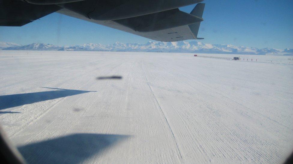 Vista de un campo de nieve desde un avión.