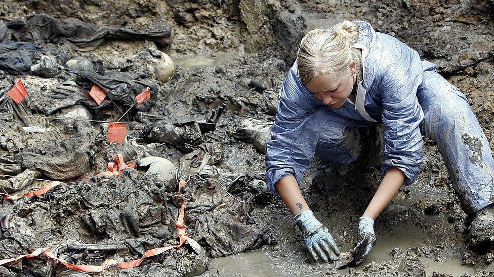 Rescate de cuerpos en fosas comunes en Bosnia.