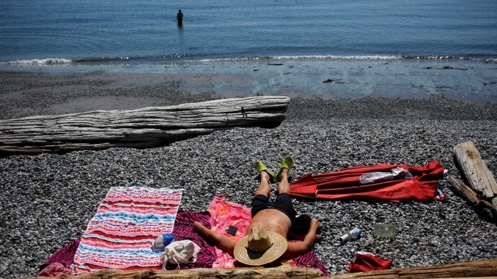 La gente busca formas de refrescarse en la Columbia Británica